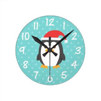 Horloge Ronde Petit pingouin mignon avec l'horloge de Noël de