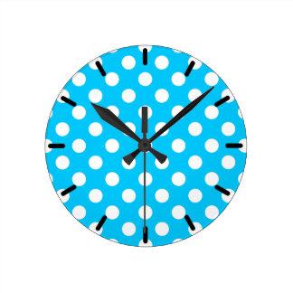 Horloge Ronde Pois blanc sur le bleu électrique
