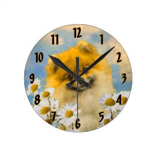 Horloge Ronde Pomeranian dans les marguerites
