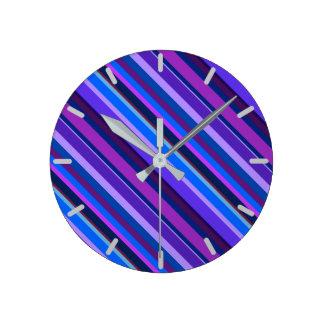 Horloge Ronde Rayures diagonales dans bleu et pourpre