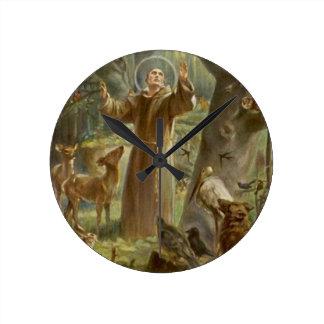 Horloge Ronde St Francis d'Assisi a entouré par des animaux