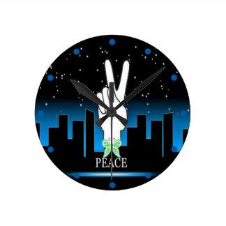 Horloge Ronde Symbole de paix avec un arrière - plan de ville