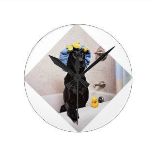 Horloge Ronde Temps drôle de Bath de laboratoire de chien noir