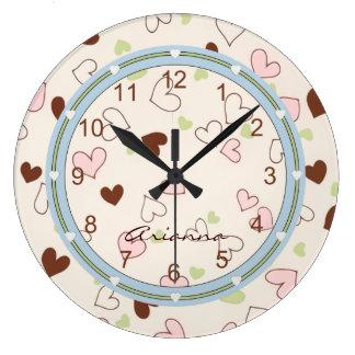 Horloge rose d'impression de coeurs de chocolat et