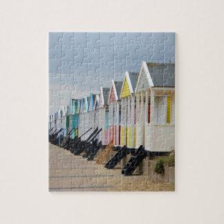 Huttes brillamment peintes de plage puzzle