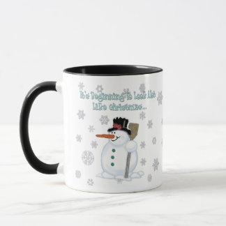 Il commence à regarder le bonhomme de neige mug