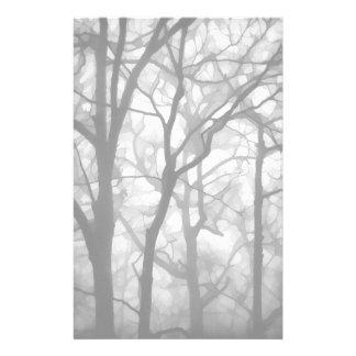Illustration brumeuse nue d'arbres papeterie