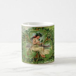 Illustration vintage de petite fille douce de mug blanc