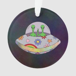 Ils viennent dans l'UFO de paix