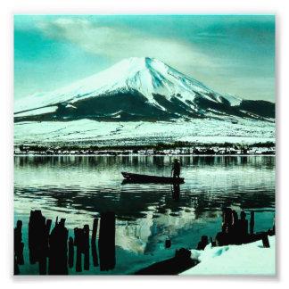 Impression Photo Batelier solitaire sous l'ombre d'hiver du mont