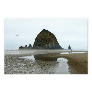 Impression Photo Réflexion de roche de meule de foin, plage de