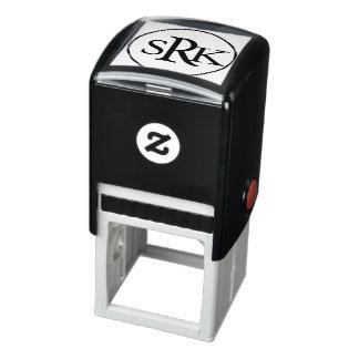 Individu de monogramme de trois lettres encrant le tampon auto-encreur