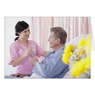 Infirmière donnant le médicament patient dans carte