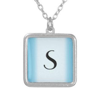 Initiale bleu-clair pendentif carré
