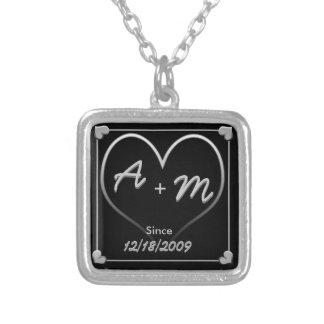 Initiales et coeur avec la date et depuis pendentif carré