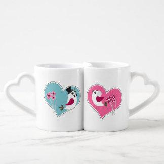 Inséparables de mariage sur des tasses d'amants de