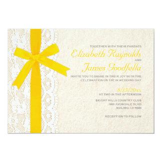 Invitations jaunes de mariage d'arc et de dentelle