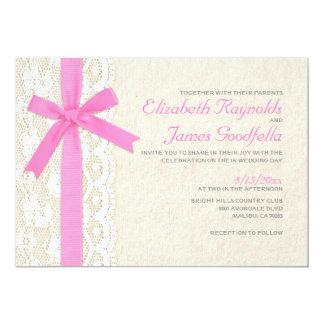 Invitations roses de mariage d'arc et de dentelle