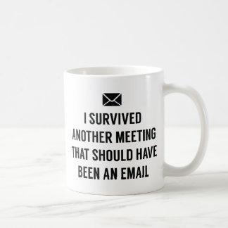 J'ai survécu à une autre réunion mug blanc