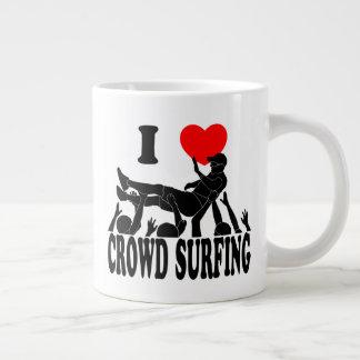 J'aime la foule surfant (mâle) (le noir) tasse géante