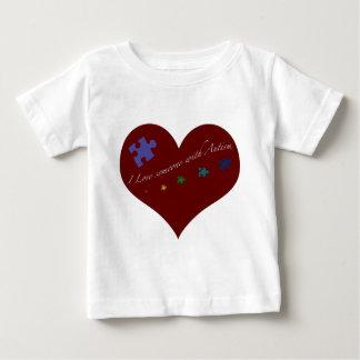 J'aime quelqu'un avec le coeur d'autisme t-shirt pour bébé
