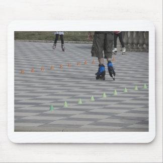 Jambes de type sur les patins intégrés. Patineurs Tapis De Souris