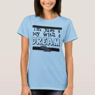 Je suis juste un garçon avec un T-shirt rêveur