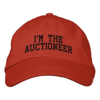 Je suis le chapeau brodé par commissaire-priseur