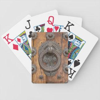 Jeu De Cartes Heurtoir en métal sur la vieille porte en bois