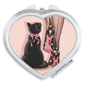 Jeune femme élégante et chat noir