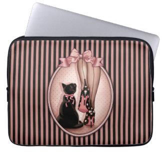 Jeune femme élégante et chat noir protection pour ordinateur portable