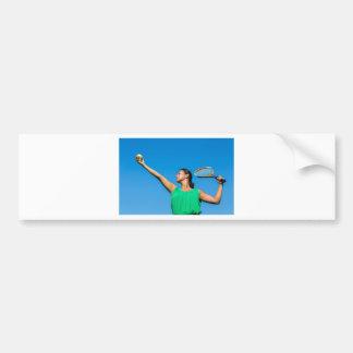 Jeune femme néerlandaise avec la raquette et la autocollant de voiture