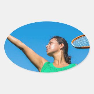 Jeune femme néerlandaise avec la raquette et la sticker ovale