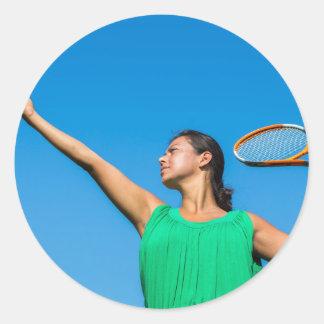 Jeune femme néerlandaise avec la raquette et la sticker rond