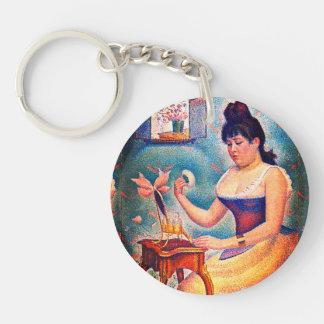 Jeune femme se saupoudrant porte-clés