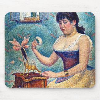 Jeune femme se saupoudrant tapis de souris