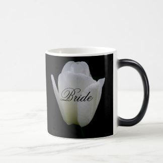 Jeunes mariées blanches de tulipe épousant la mug magique