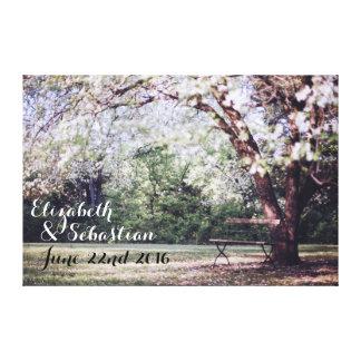 Jeunes mariés d'arbre de fleurs de cerisier toiles