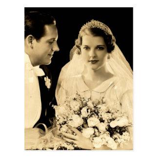 Jeunes mariés vintages de mariage carte postale