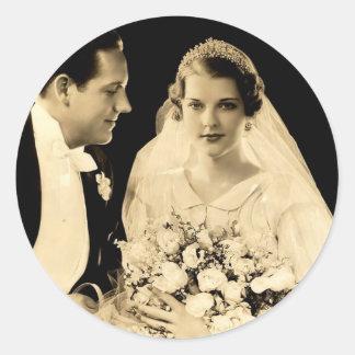 Jeunes mariés vintages de mariage sticker rond