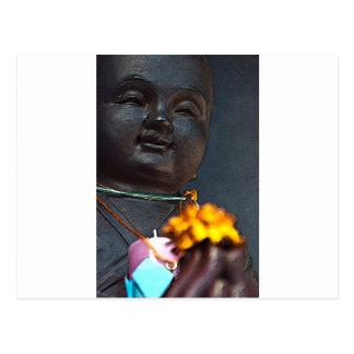 Jizo Bouddha avec l'offre de souci Carte Postale