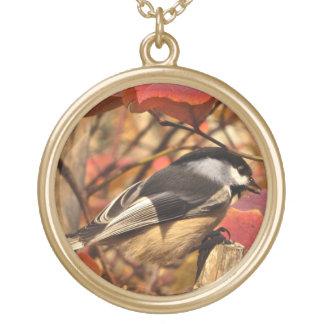 Joli oiseau de Chickadee dans le feuille d'automne Collier Plaqué Or