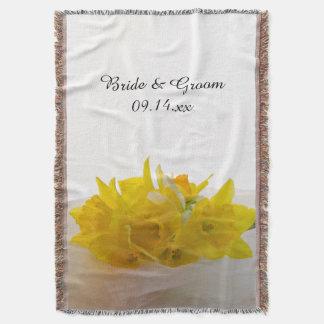 Jonquilles jaunes sur le mariage blanc de ressort couvre pied de lit
