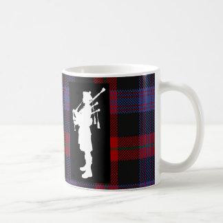 Joueur de cornemuse écossais sur le tartan de mug