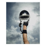 Joueur de football tenant le casque en air