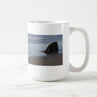 Joueur de pipeau de sable sur la plage mug