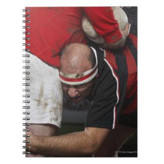 Joueur de rugby clouant l'adversaire, mi section carnets à spirale