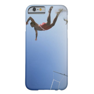 Joueur de volleyball masculin de plage sautant coque iPhone 6 barely there