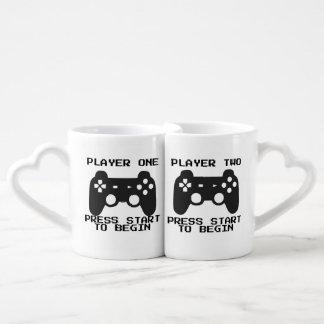 Joueur une et deux tasses de couples