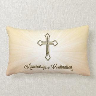Jubileum van Ordening, Kruis op Starburst Lumbar Kussen